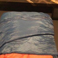 Blauw/oranje slaapzak, zoals gemeld door Van der Valk Hotel Amsterdam Zuidas met iLost